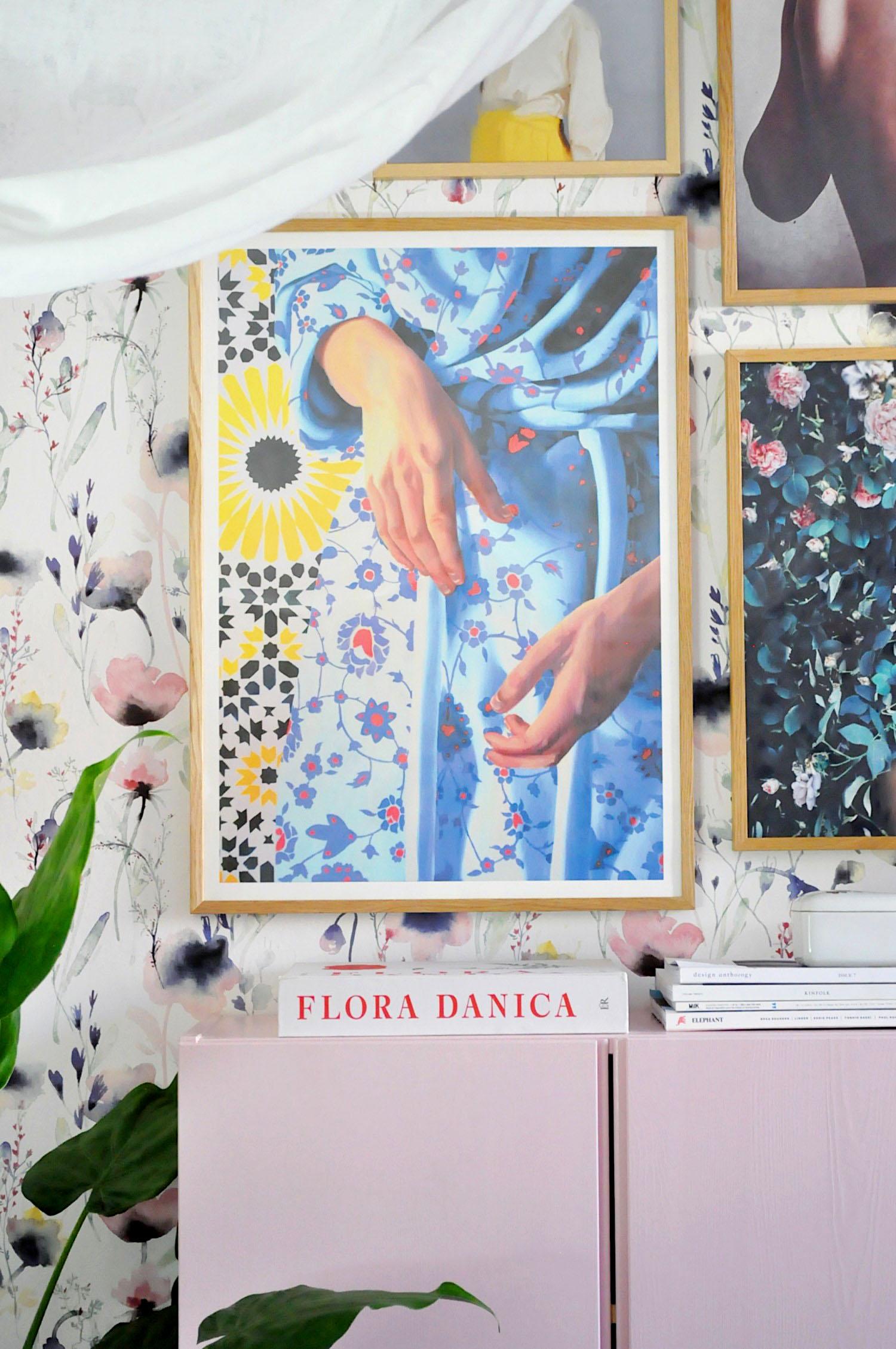 plakater-posters-kunsttryk, giclee-tryk, farverige, figurative, grafiske, portræt, kroppe, mønstre, religion, beige, blå, røde, hvide, gule, blæk, papir, smukke, samtidskunst, dansk, dekorative, design, kvindelig, blomster, interiør, bolig-indretning, kærlighed, naturlig, naturealistiske, nordisk, romantiske, skandinavisk, levende, kvinder, Køb original kunst og kunstplakater. Malerier, tegninger, limited edition kunsttryk & plakater af dygtige kunstnere.