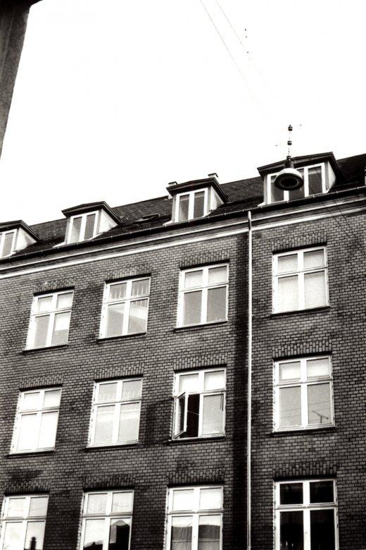 plakater-posters-kunsttryk, fotografier, æstetiske, geometriske, grafiske, monokrome, arkitektur, mønstre, himmel, beige, sorte, fotos, arkitektoniske, smukke, sort-hvide, bygninger, byer, samtidskunst, københavn, dansk, mørke, dag, detaljerigt, ekspressionisme, huse, moderne-kunst, nordisk, udendørs, skandinavisk, sceneri, former, gader, urban, lodret, vinduer, Køb original kunst og kunstplakater. Malerier, tegninger, limited edition kunsttryk & plakater af dygtige kunstnere.