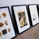 plakater-posters-kunsttryk, giclee-tryk, børnevenlige, figurative, grafiske, pop, portræt, tegneserier, børn, humor, mennesker, beige, sorte, artliner, papir, tusch, abstrakte-former, sjove, samtidskunst, ansigter, interiør, bolig-indretning, moderne, moderne-kunst, nordisk, skandinavisk, street-art, Køb original kunst og kunstplakater. Malerier, tegninger, limited edition kunsttryk & plakater af dygtige kunstnere.