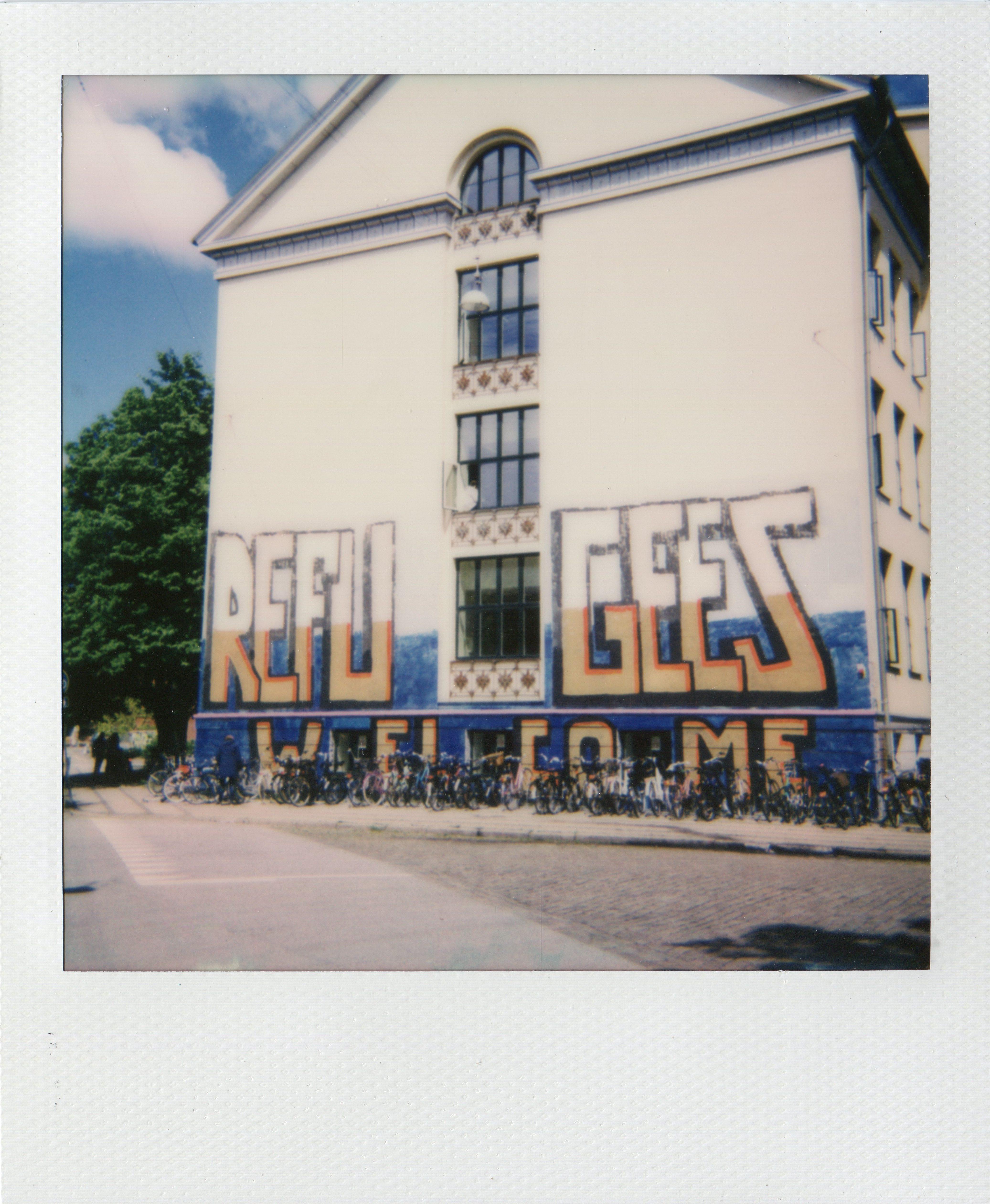 fotografier, farverige, ekspressionistiske, grafiske, pop, arkitektur, tegneserier, hverdagsliv, stemninger, typografi, beige, blå, grønne, pastel, fotos, arkitektoniske, cykler, drenge, bygninger, byer, samtidskunst, københavn, terninger, dansk, dag, ekspressionisme, piger, graffiti, huse, kærlighed, moderne-kunst, nordisk, udendørs, skandinavisk, street-art, gader, urban, Køb original kunst og kunstplakater. Malerier, tegninger, limited edition kunsttryk & plakater af dygtige kunstnere.