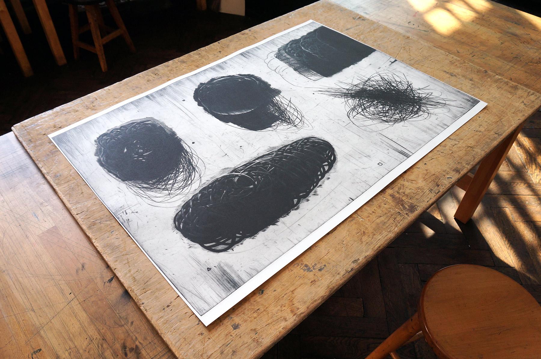 kunsttryk, engraveringer, abstrakte, grafiske, monokrome, mønstre, sorte, grå, hvide, blæk, papir, abstrakte-former, atmosfære, efterår, sort-hvide, konceptuel, dansk, dekorative, design, interiør, bolig-indretning, nordisk, skandinavisk, Køb original kunst og kunstplakater. Malerier, tegninger, limited edition kunsttryk & plakater af dygtige kunstnere.